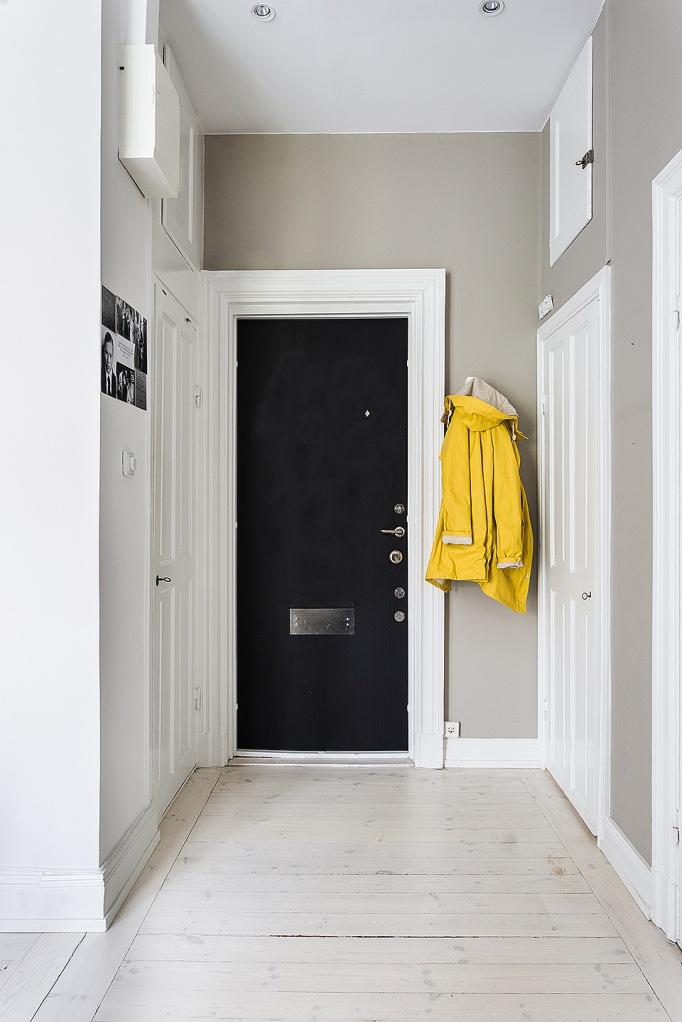 Karlbergsvägen 67 stockholm hallway white brown black rain coat yellow fantastic frank