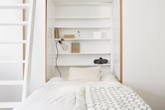 Kungsholmen sovrum integrerad utfälld säng vit bokhylla vitmålad stege