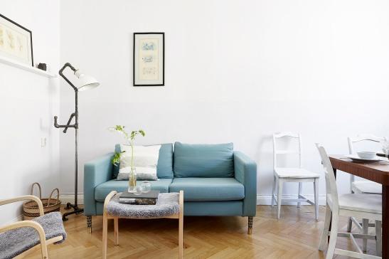 Kungsholmen vardagsrum blå soffa fiskbensparket fårskinn fotölj fotpall