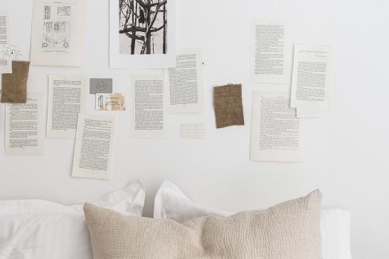 Norrmalm sovrum vita beige kuddar vägglitteratur bokvägg läsning