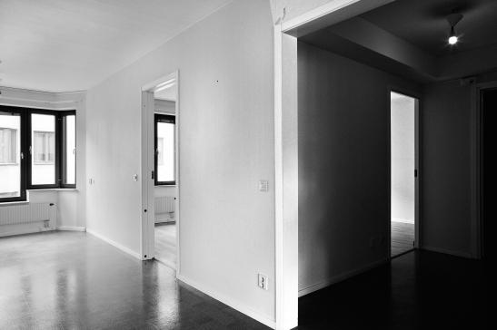 Södermalm vardagsrum hall kontraster ensam lampa
