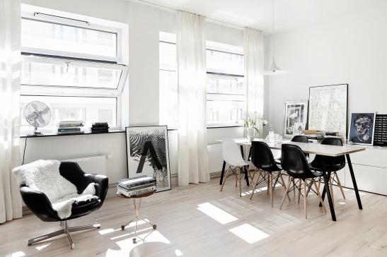 Södermalm vardagsrum ljust golv träben eames svart vit stol plastrygg