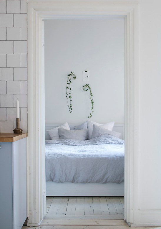 Sofo sovrum vitlaserat trägolv vägblommor