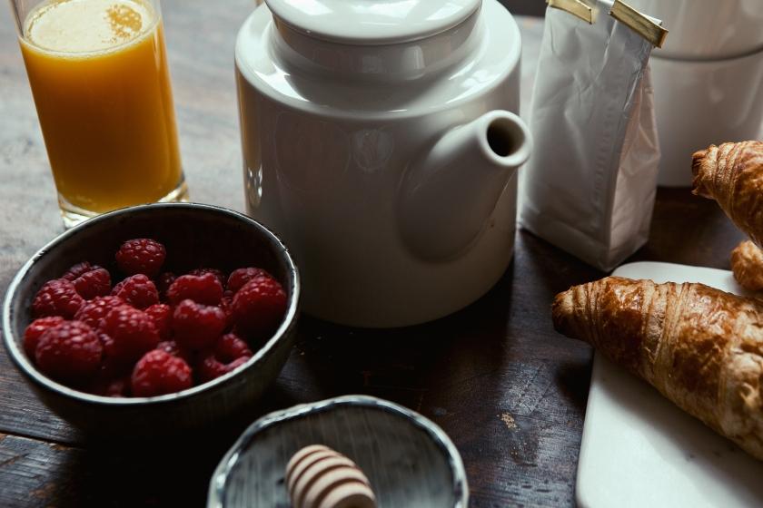 Vasastan kök frukost färskpressat croissant hallon dukat