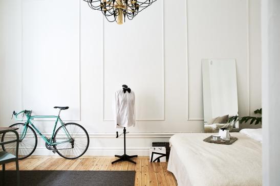 Vasastan sovrum cykel spegel vit vägg guldkrona