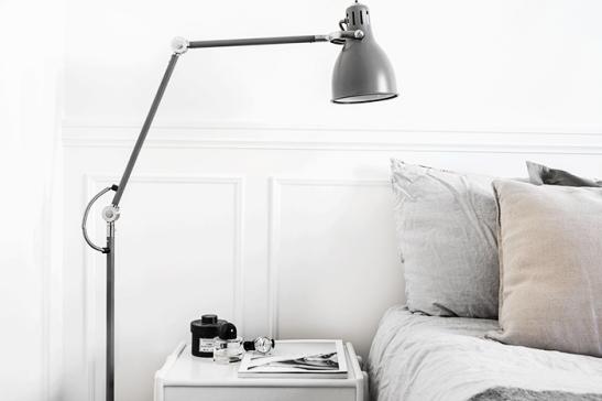 Vasastan sovrum industri sängbord lampa kuddar