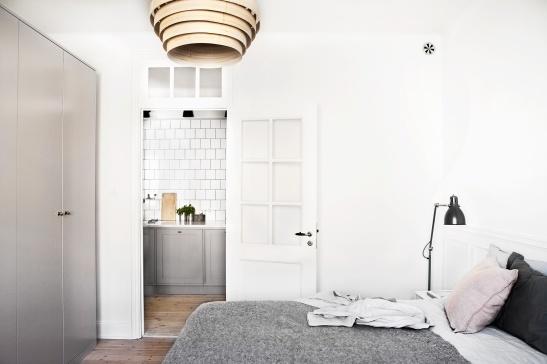 Vasastan sovrum ingång till kök glasdörr
