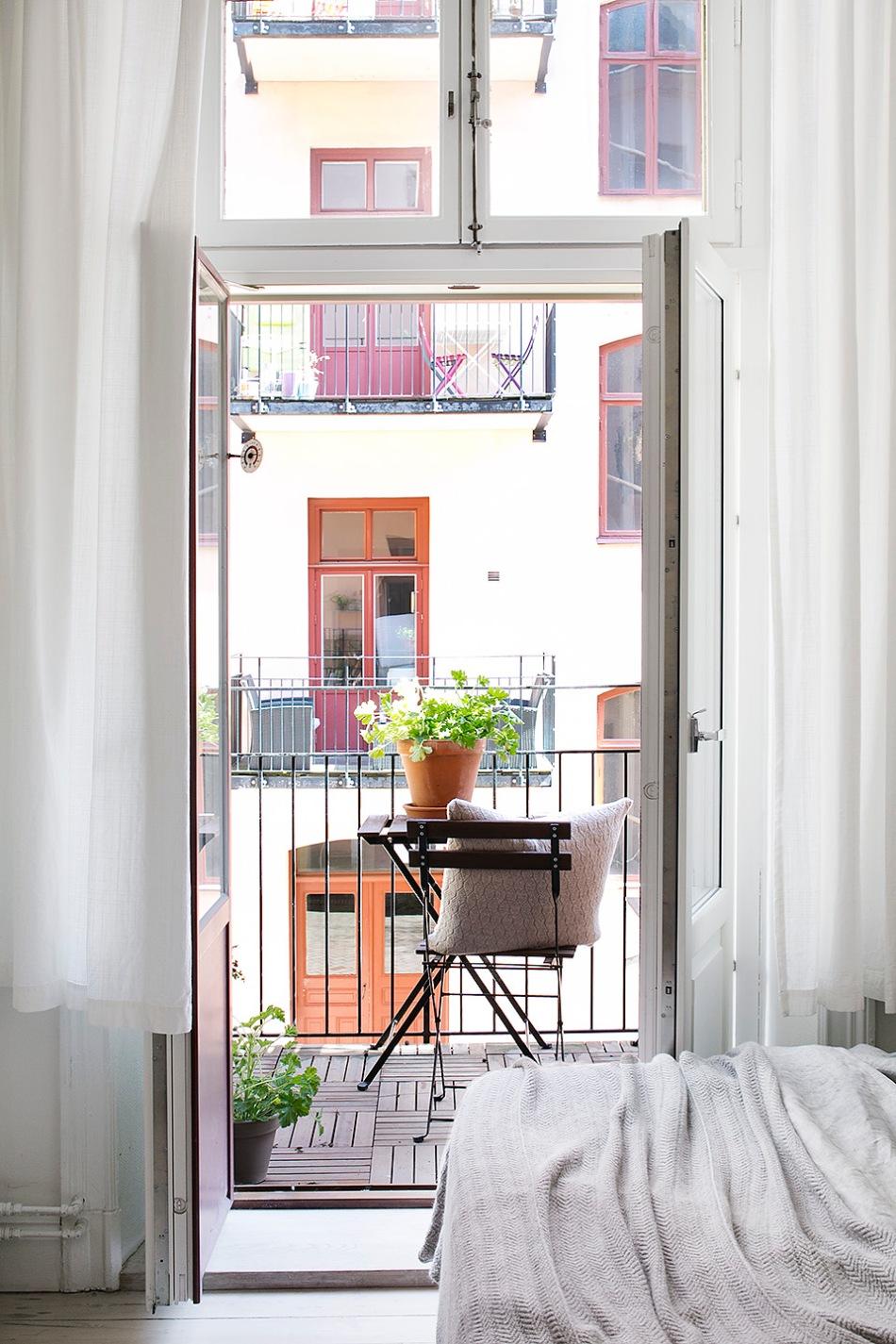 Vasastan sovrum utgång till balkong räcke blommor sommar