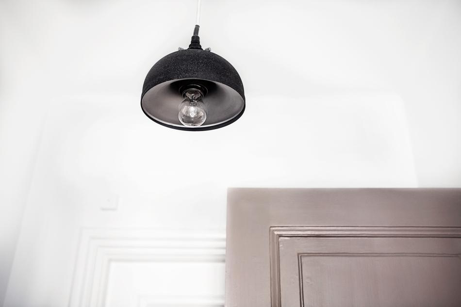 Vasastan trämålad dörr industrilampa dörrfoder