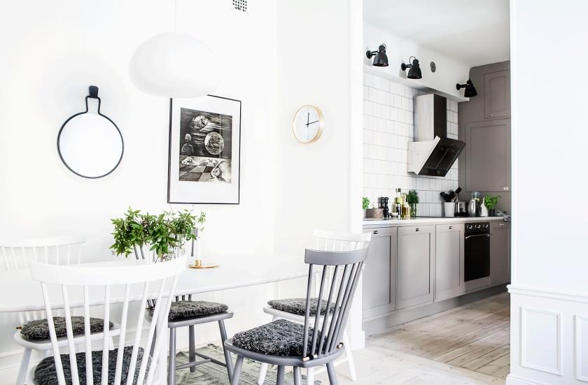 Vasastan vardagsrum köksbord trästolar konst