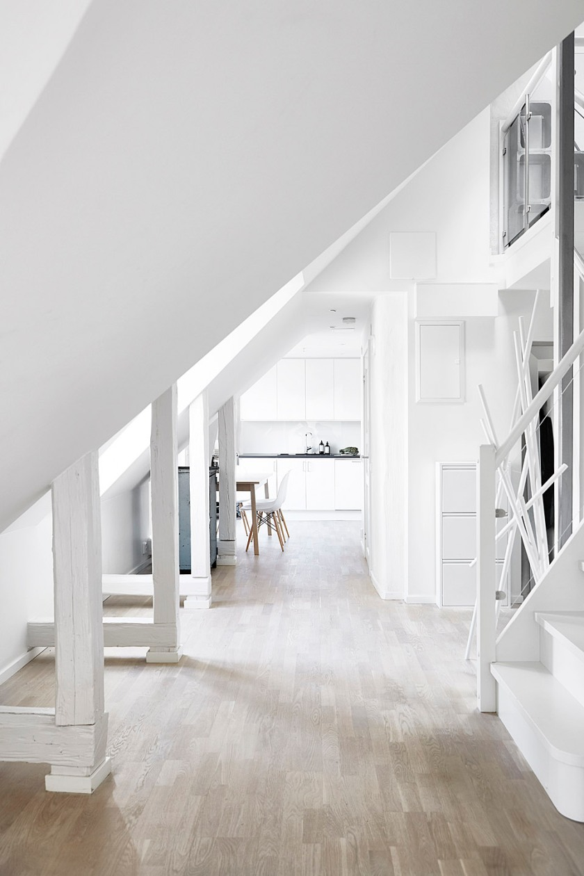 Vasastan vardagsrum vindsvåning snedtak vitmålade bjälkar