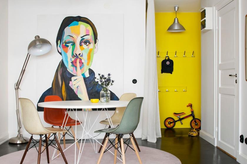 Östgötagatan stolar bord charles ray eames gul vägg