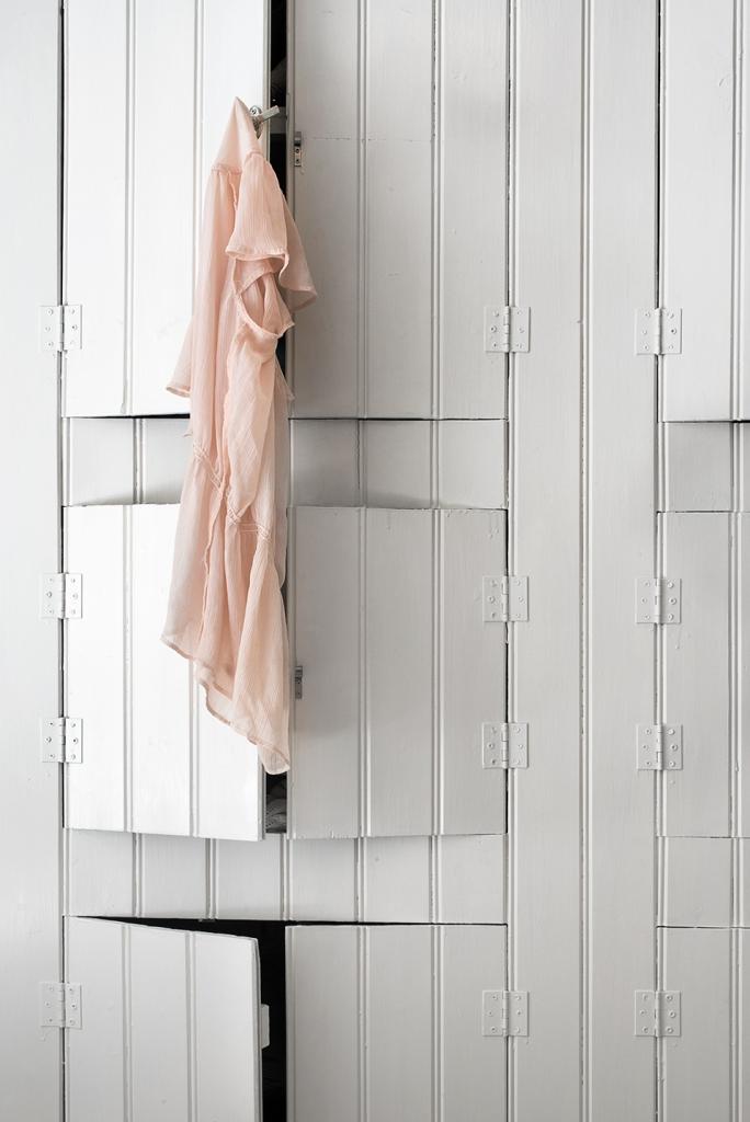 Frejgatan trä bondromantik vitt rosa garderob Fantasticfrank