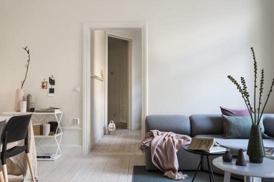 Karlbergsvägen vasastan livingroom blanket sofa pink grey green Fantasticfrank