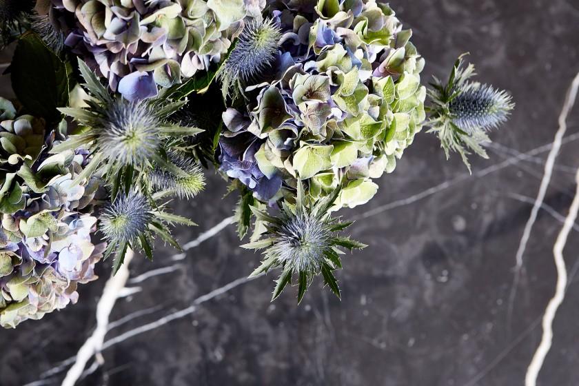 Svarvargatan Kungsholmen townhouse tistlar blommor blått lila grå sten Fantasticfrank