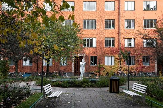 Alströmergatan Stockholm innergård höst autumn staty Fantastic Frank