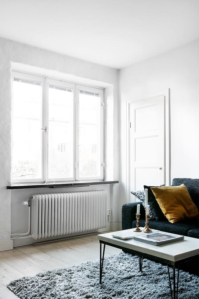 Altsrömergatan Stockholm livingroom sofa blue grey yellow window brass Fantastic Frank
