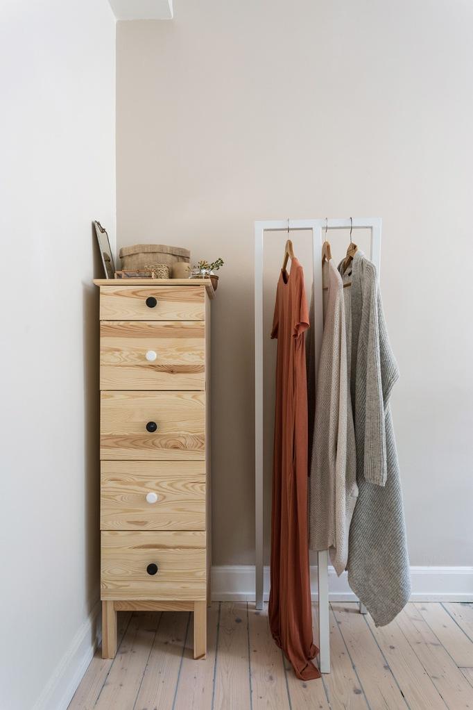 Brännerigatan Södermalm bedroom closet bureau black white rust wood Fantastic Frank