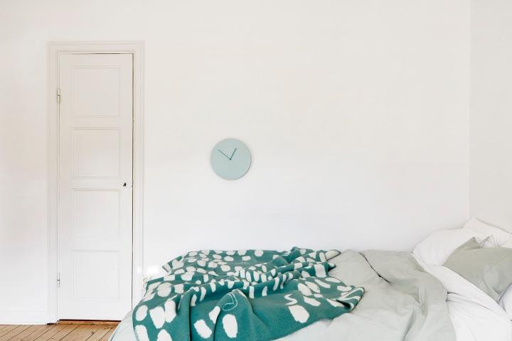 Mariagatan Sundbyberg bedroom turqouise clock bed linnen Fantastic Frank