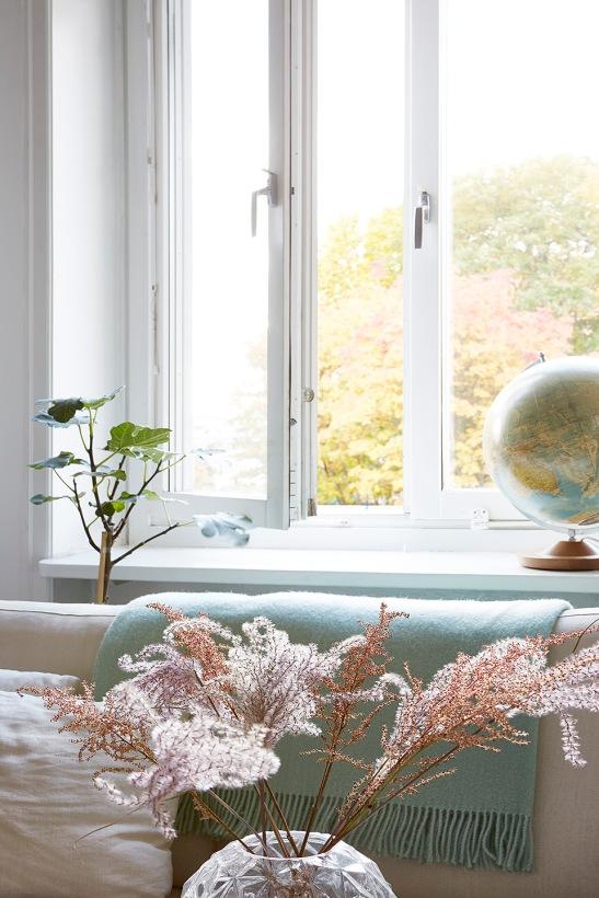 Mariagatan Sundbyberg livingroom flower jordglob globe window sofa Fantastic Frank