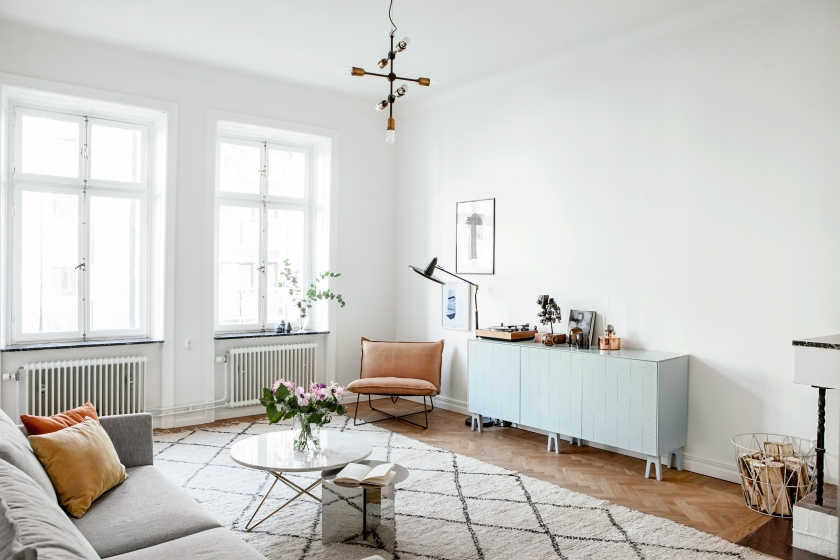 Roslagsgatan Stockholm livingroom superfront blue white leather Fantastic Frank