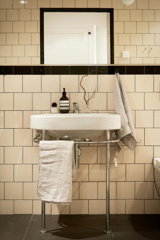 Sjöfartsgatan Stockholm bathroom beige black Fantastic Frank