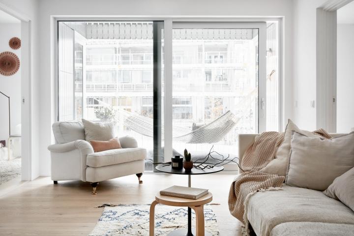 Sjöfartsgatan Stockholm livingroom howard hängmatta artek beige pink Fantastic Frank