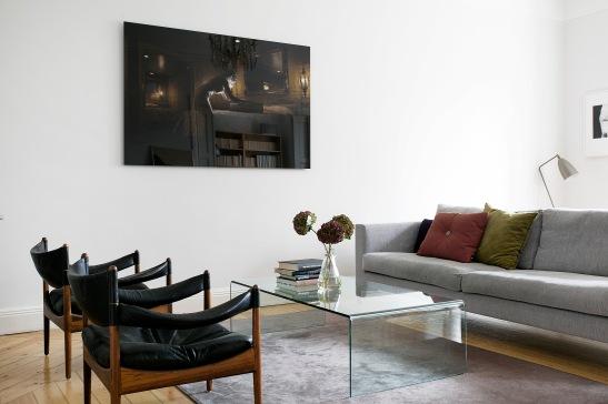 Skånegatan Stockholm livingroom hay sofa skinn fåtölj grey black rust art Fantastic Frank