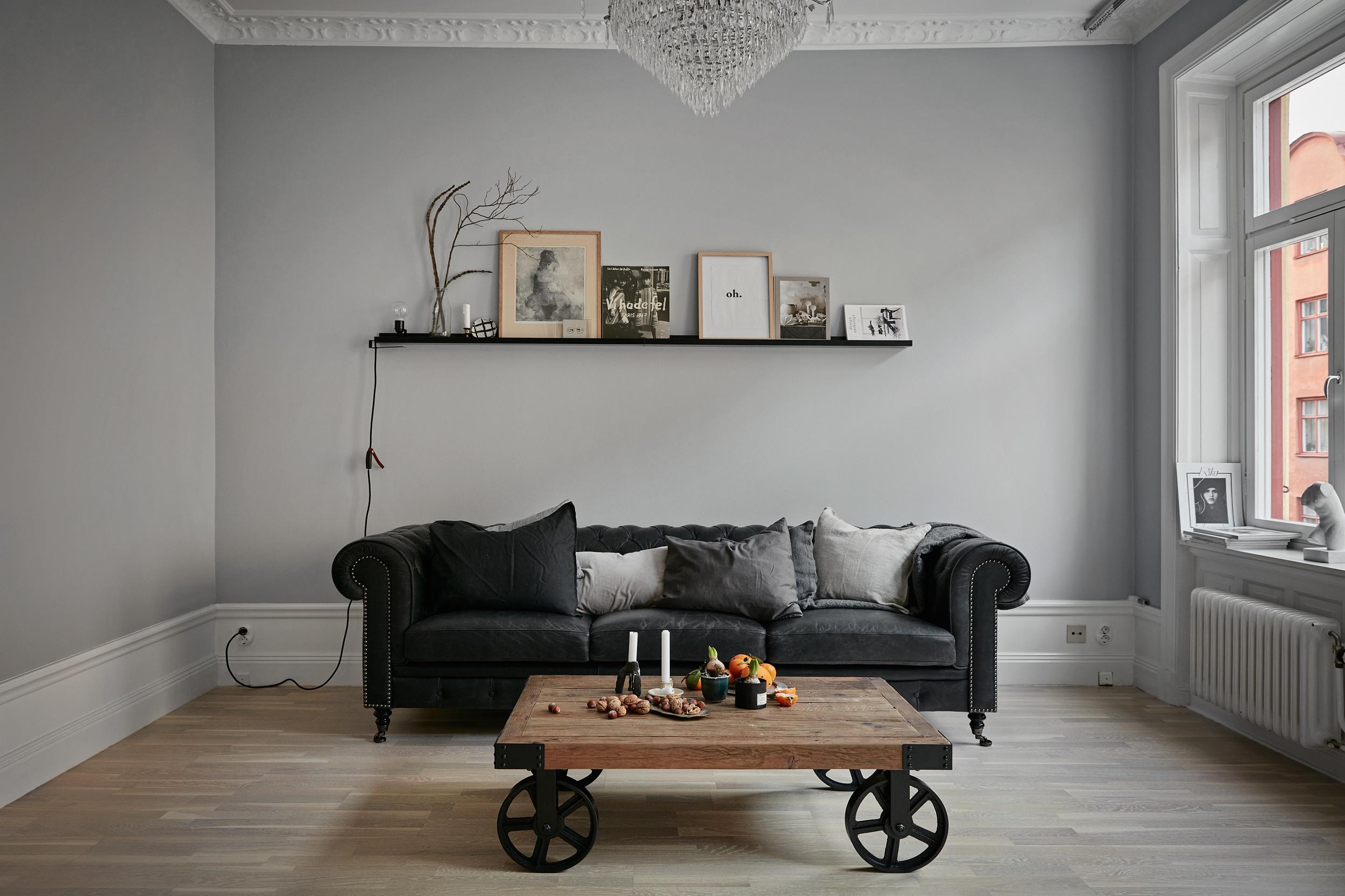 birkagatan-vardagsrum-stukatur-fönsterspegel-gråskala-fantastic-frank