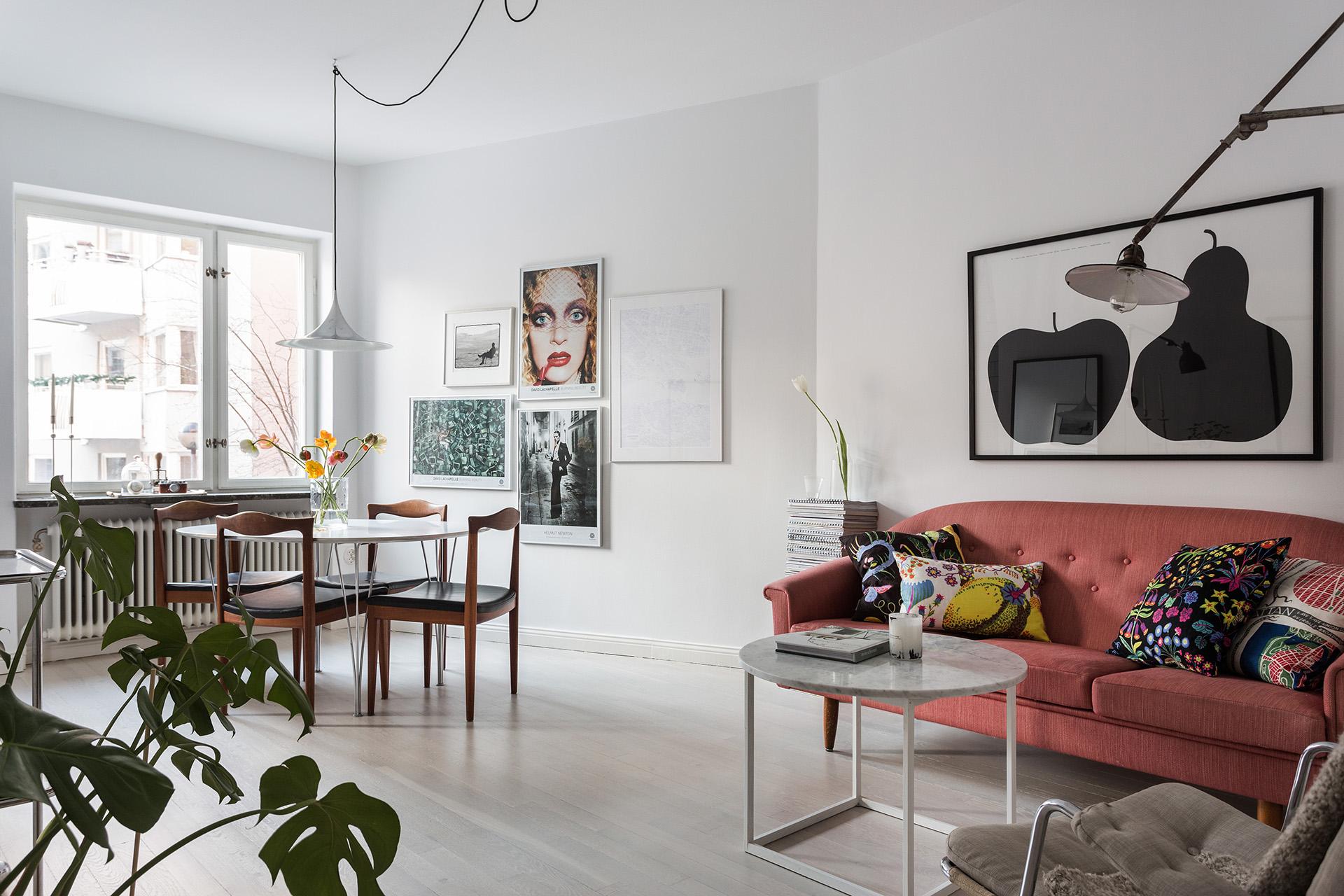 bondegatan-vardagsrum-vitlaserat-golv-marmor-tavelvägg-fantastic-frank