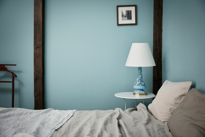hollandargatan-sovrum-blått-ljusblå-vägg-lampfot-fantastic-frank