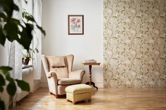 hollandargatan-vardagsrum-fotölj-halv-tapetvägg-fantastic-frank