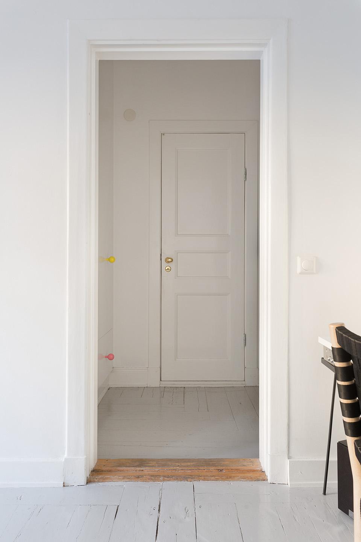 hornsgatan-hall-gråmålat-trägolv-spegeldörr-fantastic-frank