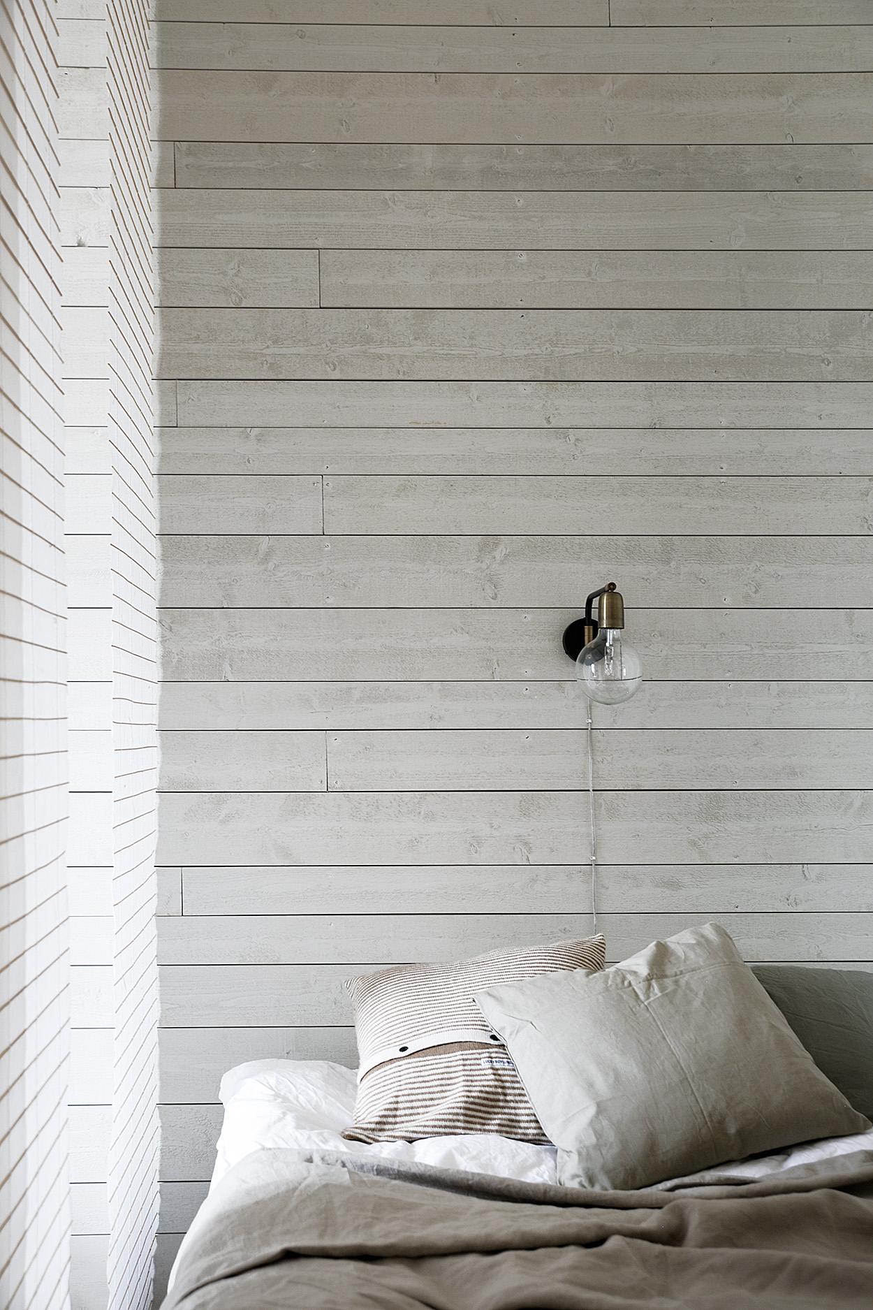 kocksgatan-sovrum-grå-träplank-trä-sänglampa-säng-fantastic-frank