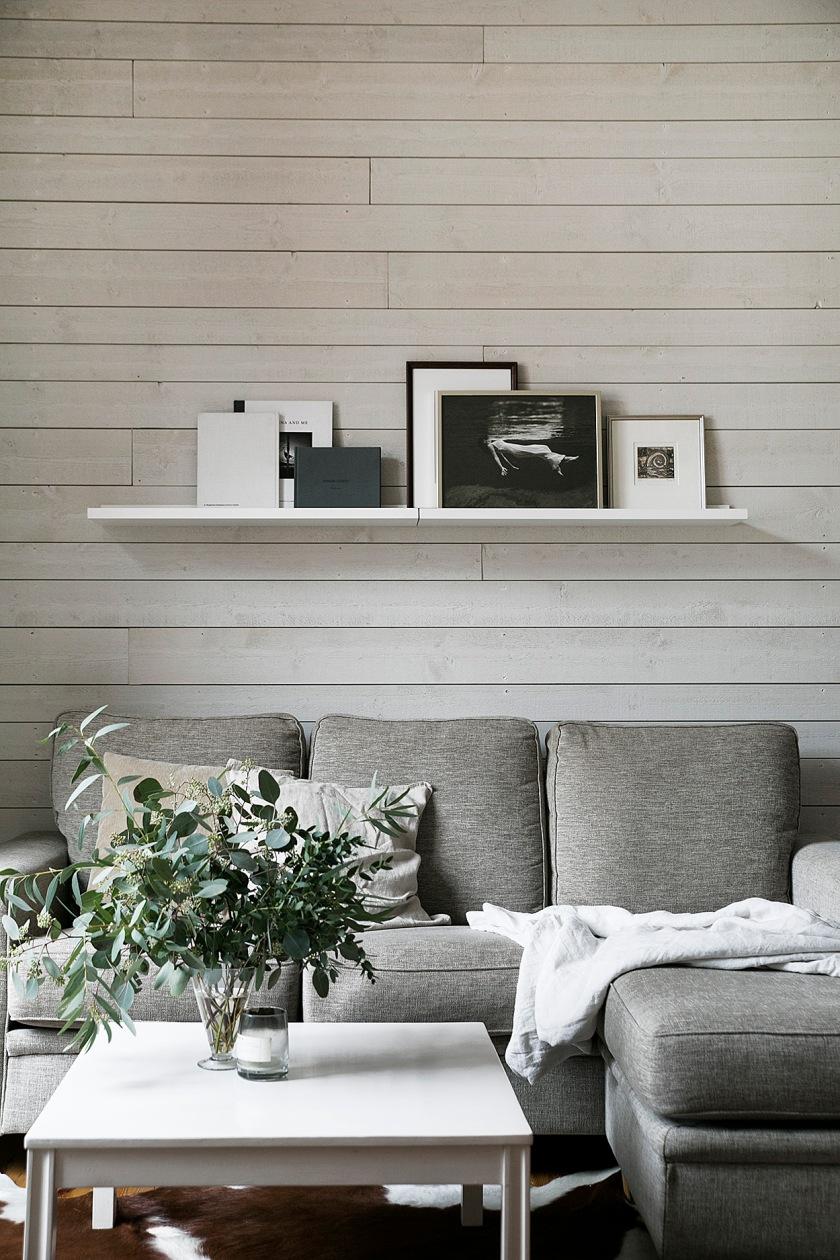 kocksgatan-vardagsrum-träplank-trävägg-gråskala-fantastic-frank