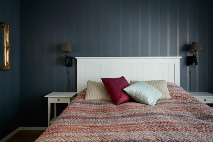 pollargatan-sovrum-färgmatchning-mörkblå-tapet-fantastic-frank