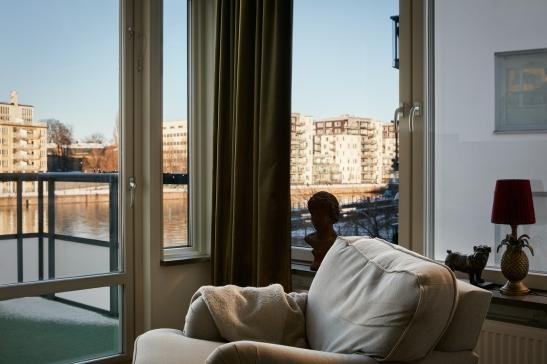 pollargatan-vardagsrum-the-view-balkong-utsikt-sjöstan-fotölj-fantastic-frank