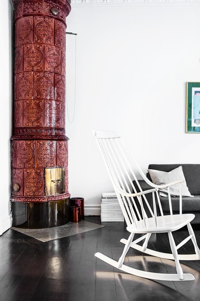 Sigtunagatan röd kakelugn black floor livingroom Fantastic Frank