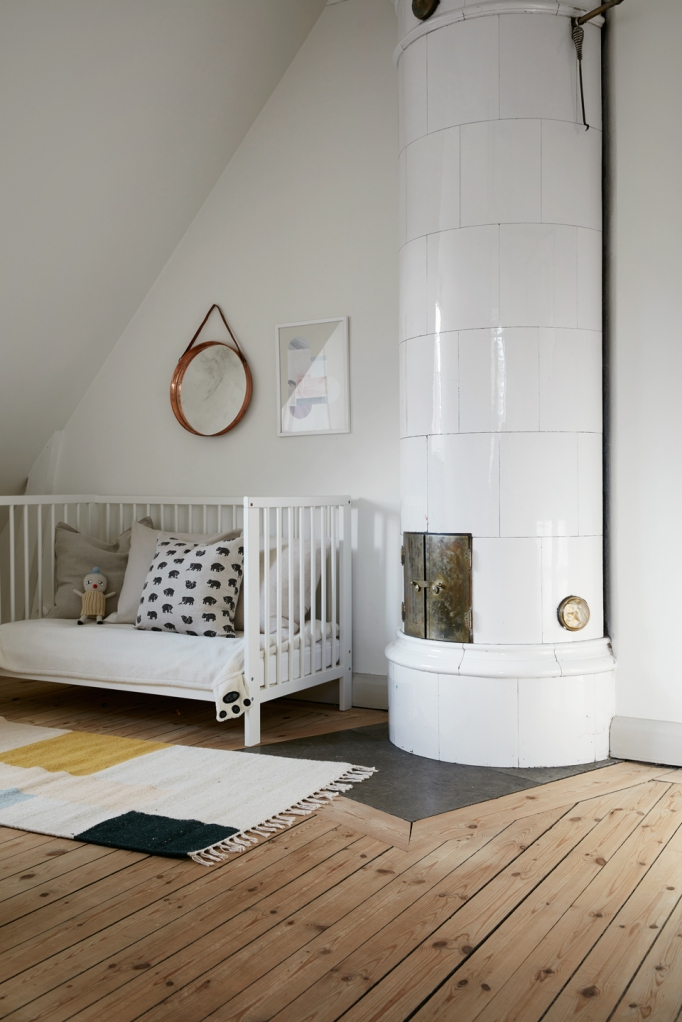 Björkvägen barnrum baby crib kakelugn furugolv redwood carpet elephants fantastic frank