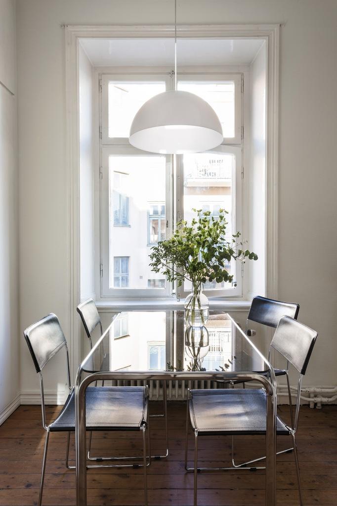 Hälsingegatan kitchen sun white leather glass flowers fantastic frank