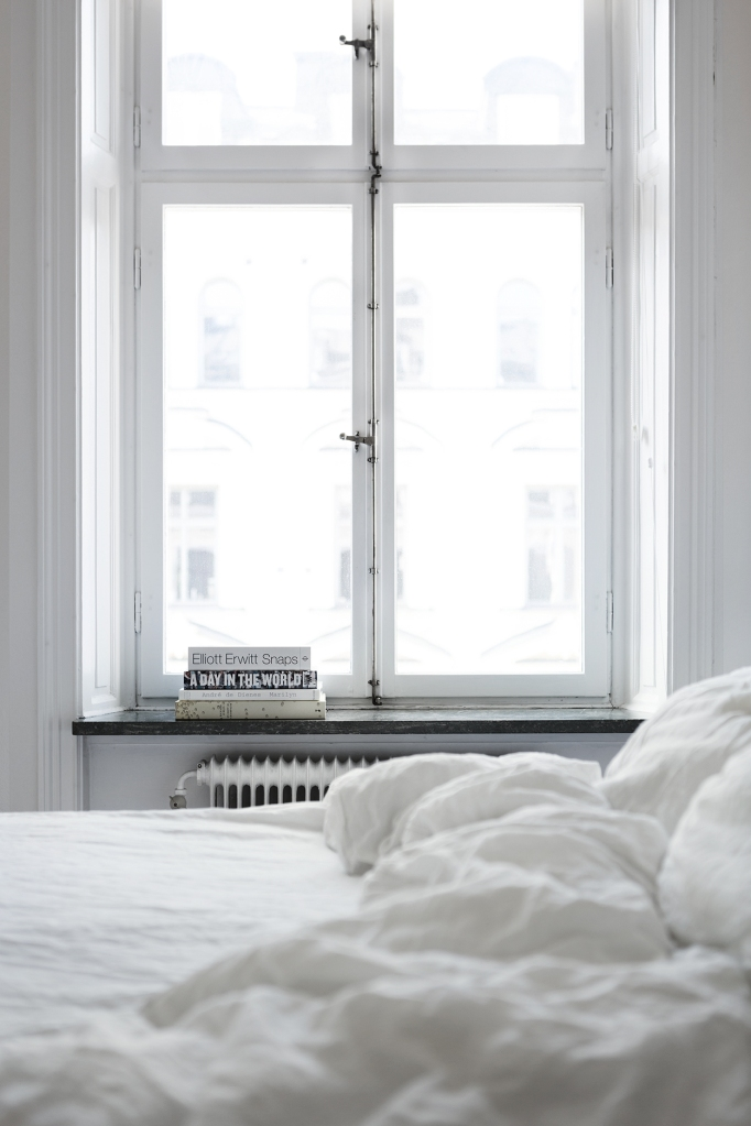 therese_winberg_photography_stylist_emma_wallmen bedroom white window view books fantastic frank
