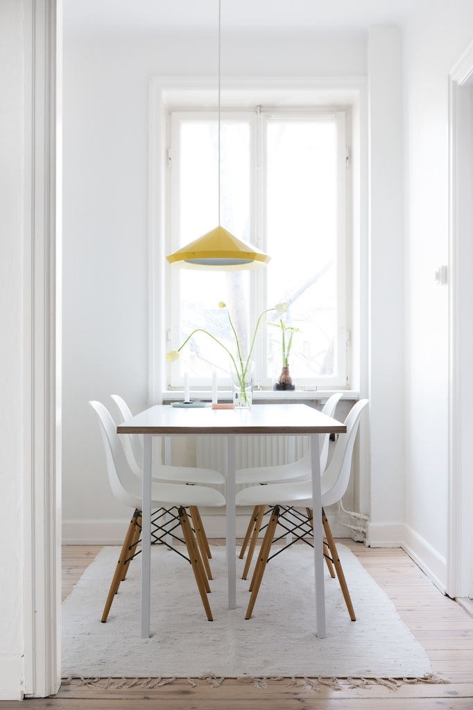 bondegatan therese_winberg_photography_stylist_emma_wallmen fantastic frank eames yellow lamp diningroom