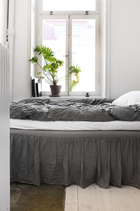 Fridhemsgatan Fantastic frank therese_winberg_photography_stylist_emma_wallmen bedroom grey linnen flowers