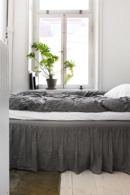 Fridhemsgatan Fantastic frank therese_winberg_photography_stylist_emma_wallmen bedroom grey linnen flowers