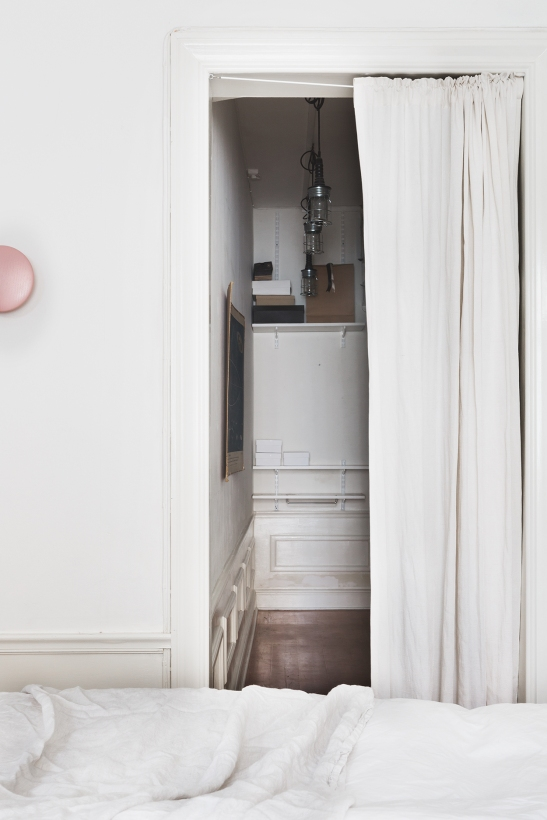 kapellgränd fantastic frank bedroom pink white linnen therese_winberg_photography_stylist_josefin_haag