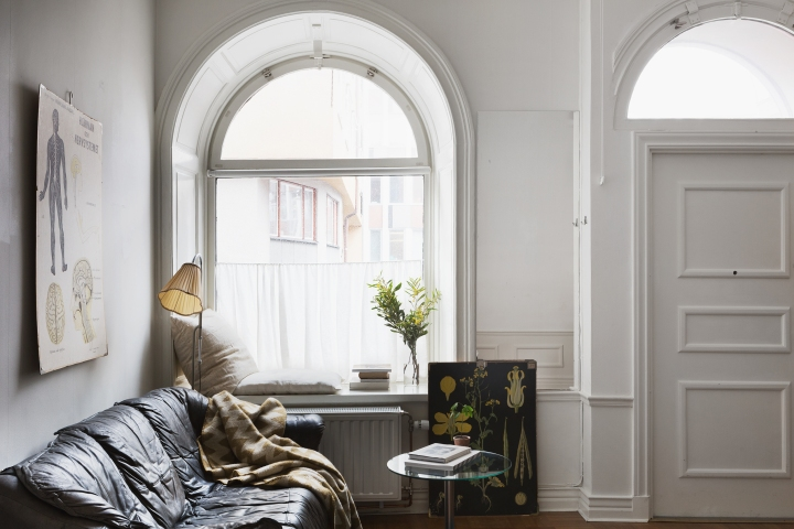 kapellgränd fantastic frank leather sofa rounded windows exit flowers poster therese_winberg_photography_stylist_josefin_haag