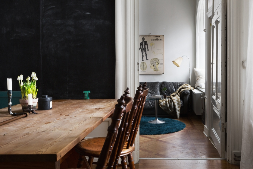 kapellgränd fantastic frank livingroom human flowers black parkett wood therese_winberg_photography_stylist_josefin_haag