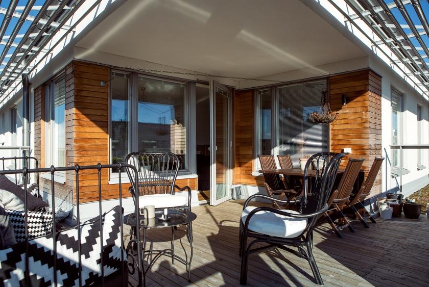 wichardt linnéa salmén terrace wooden wall outdoor bed sofa sunshine spring